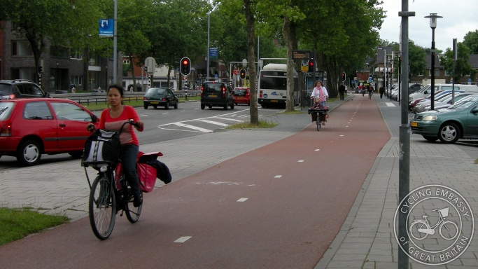 Bi-directional cycleway, with priority at side road, Utrecht