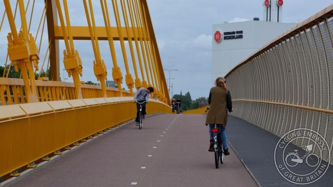 Bi-directional cycleway Hogeweidebrug Utrecht