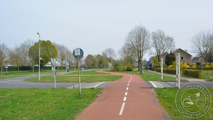 Bi-directiona cycleway priority crossing Nijmegen