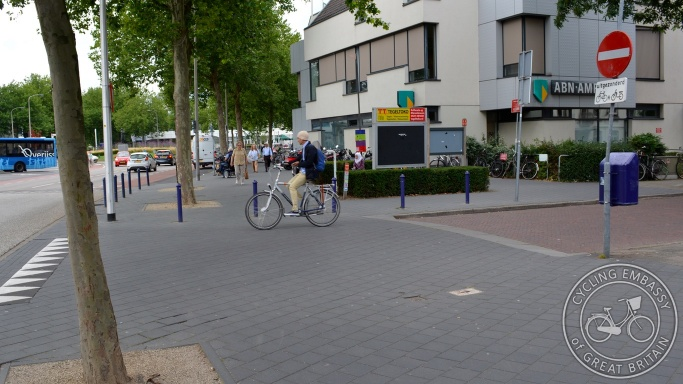 Continuous footway and contraflow cycling Zwolle
