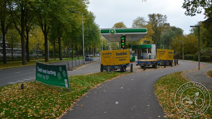 Bi-directional cycleway without conflict petrol station Delft