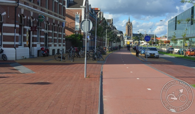 Bi-directional cycleway with continuous footway and side road priority, Delft, NL