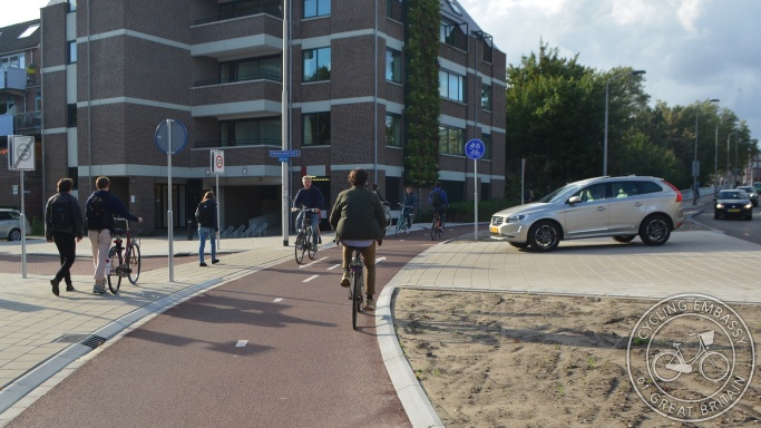 Bi-directional cycleway with side road priority, Delft, NL