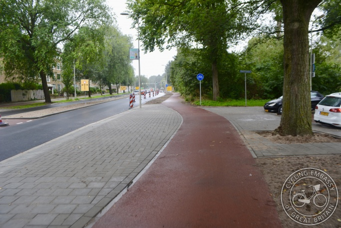 Continuous footway and cycleway across side road, Den Haag