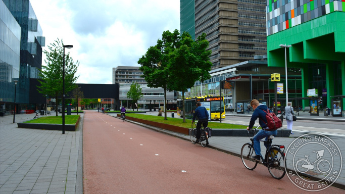 A wide two-way cycle path in the Utrecht University Campus