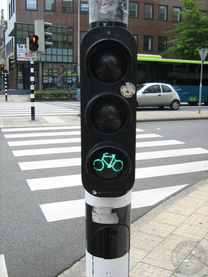 A photo of an eye-level traffic light for bikes