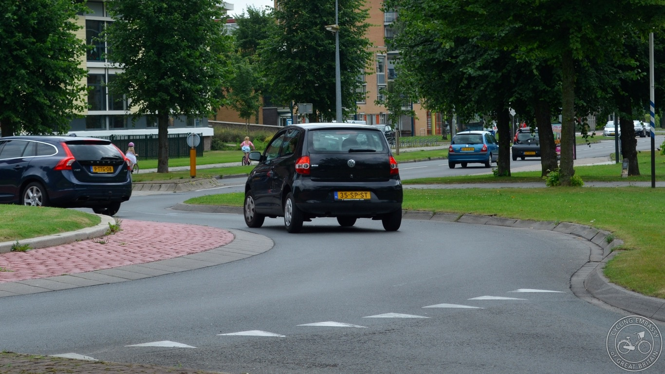 Overrun area, continental roundabout