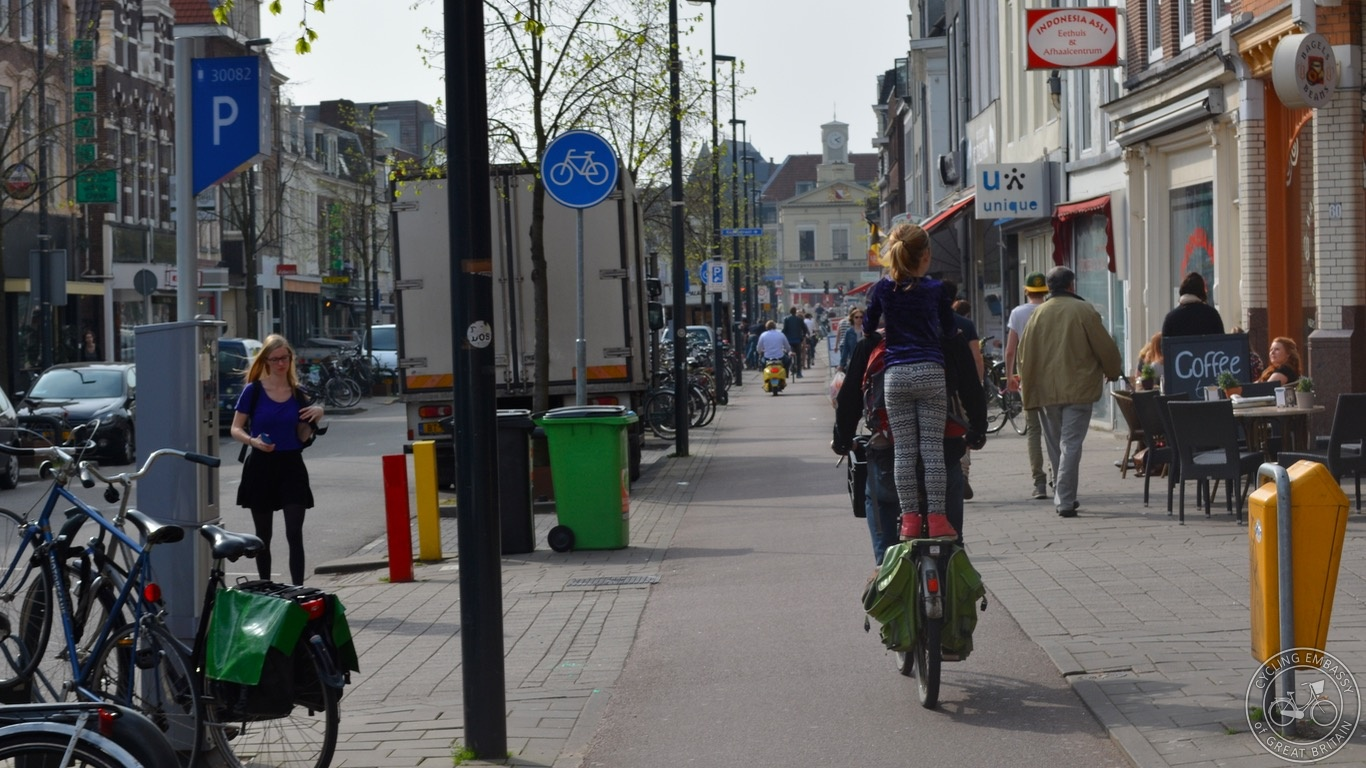Kerbside activity and cycleway Utrecht