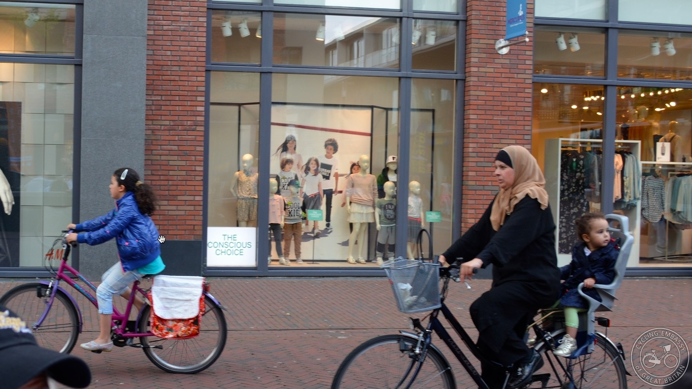 Assen family shopping by bike