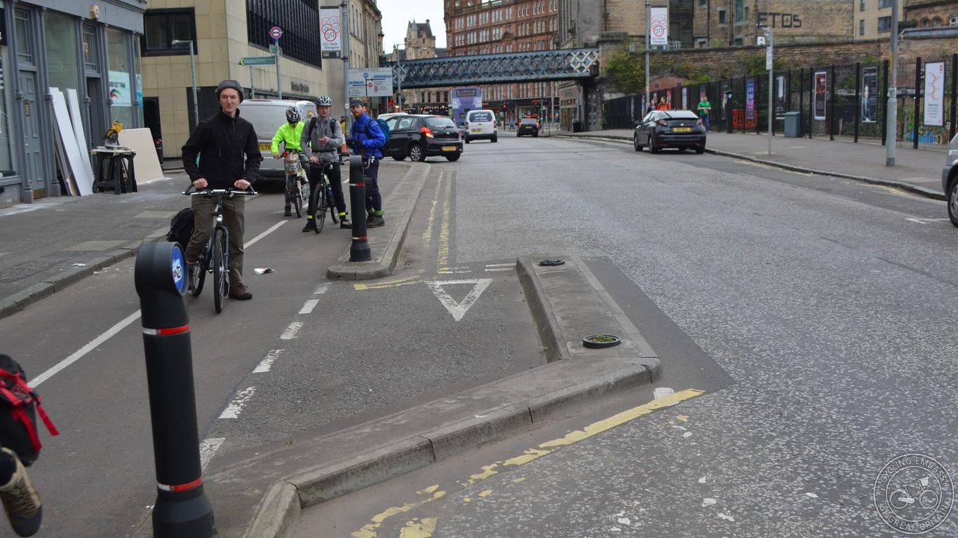 Glasgow bi-directional cycleway merge