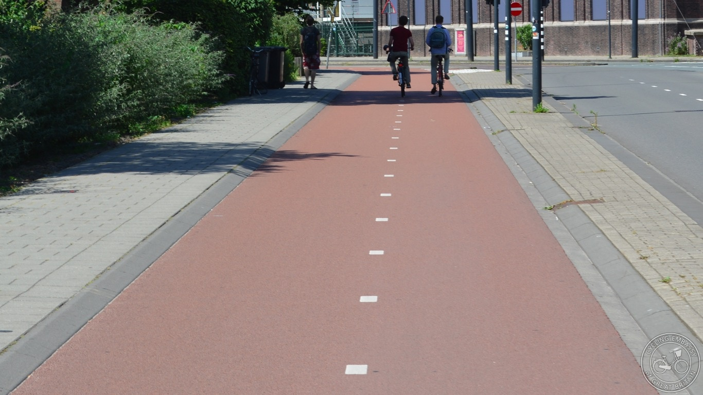 Forgiving kerb, bi-directional cycleway, Delft